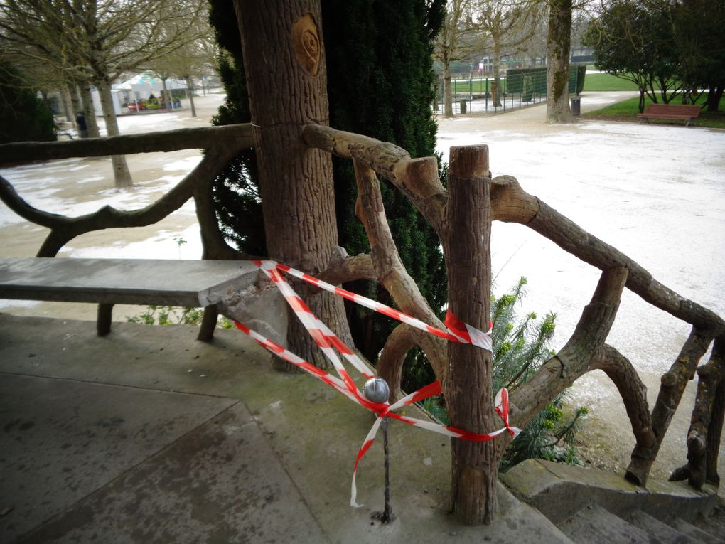 Certainement l'œuvre d'un excité car la barre du grand portail avait aussi été tordue. Nouvelles de notre fleuve, le niveau a baissé. Dans le secteur de la rue St Pierre.. regard effet miroir..