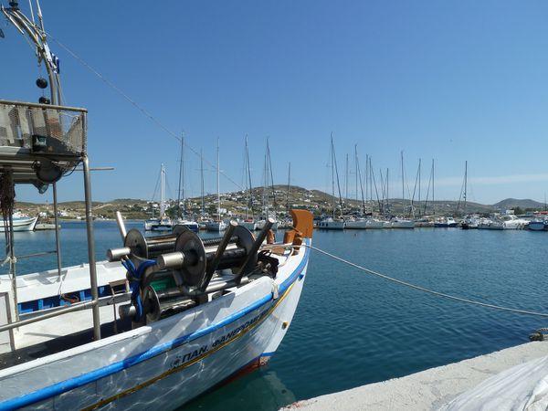Construite autour du petit port de pêche, Parikiá est une jolie petite ville dont les maisons blanches, souvent ornées de fleurs, sont construites les unes à côté des autres, le long des ruelles étroites.