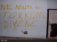 """Deux inscriptions """"Heureux celui qui se dit turc"""" ; """"Si tu es turc, sois fier; sinon, obéis"""""""