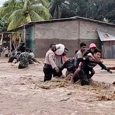 Indonezio kaj Orienta Timoro: Almenaŭ 120 mortintoj en la inundoj
