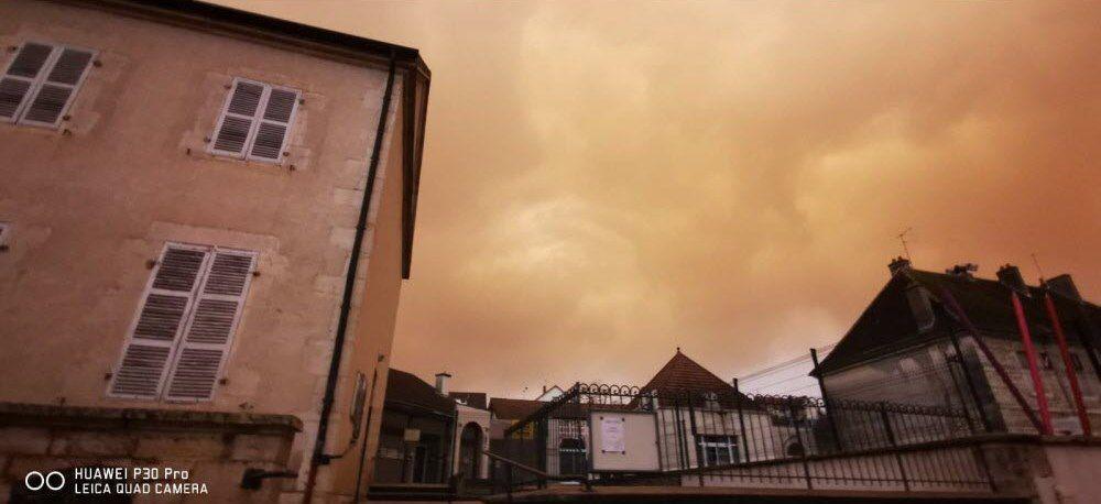 Samedi à 17h30, le ciel au-dessus de l'école et de la mairie de Choisey (Jura). Photo : Benoit Faivret (Cliquez pour agrandir)