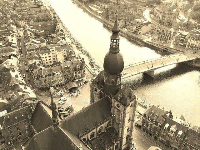 Vues en haut Citadelle de Dinant de la vallée de la Meuse - Belgique