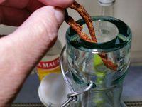 1 - Prélever les zestes des oranges et mandarines. Gratter bien pour éliminer la partie blanche amère. Mettre les zestes à sécher pendant 2 heures au four chauffé th 2 (60°). Dans une bouteille à grosse contenance, glisser les zestes d'agrumes, puis ajouter la gousse de vanille fendue.