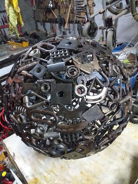 """""""J'ai toujours aimé le travail du métal et j'adore récupérer tous les vieux outils, les bouts de métal que l'on jette pour leurdonner une seconde vie. La phase que je préfère est l'assemblage oùchaque élément (une pince, une forêt, un animal, ...)doit trouver sa place dans une nouvelle composition.J'aimerai exposer et faire connaître mes créations. """" Benjamin Kuntz +33 6 66 83 35 39"""