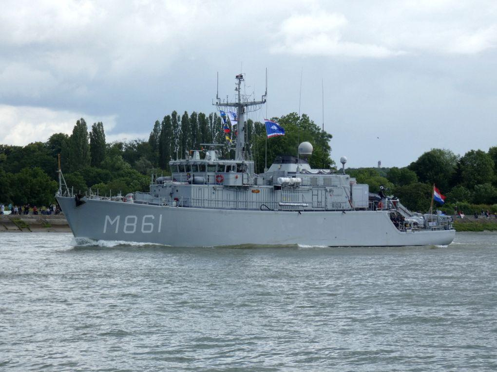 URK , M861 , chasseur de mines de la marine Néerlandaise sur la Seine au passage de la commune de La Bouille le 16 juin 2019