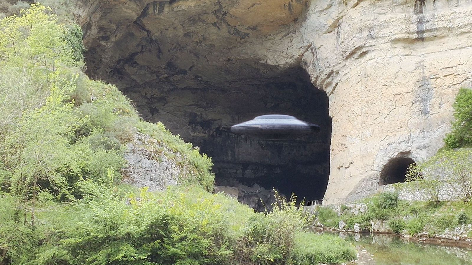 👽 UFO Sighting : Disc UFO Entering Huge Cave in Pyrenees Mountains - Country Spain