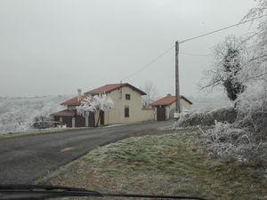 1ere photo : ça fait tout drôle de revoir notre précédente maison....j'ai beaucoup aimé y vivre....-- 2e photo : Brrr, fait pas chaud !
