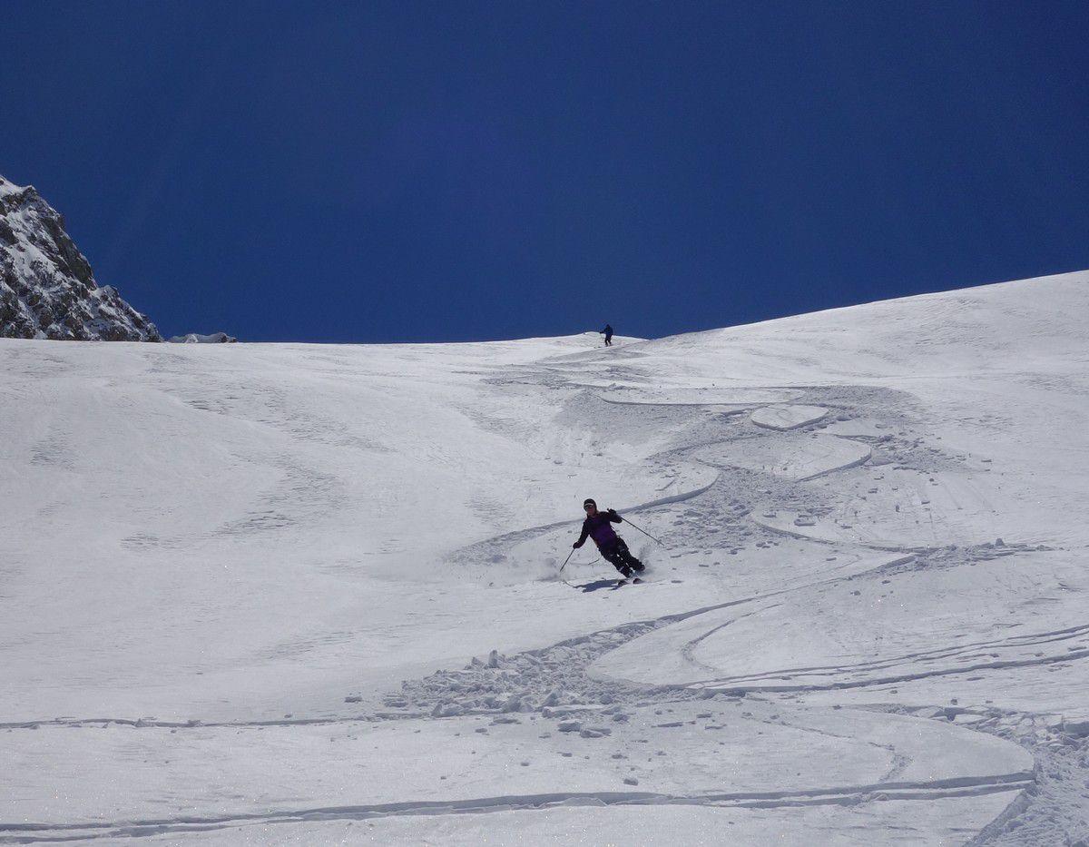 Les skis tracent de belles courbes sur le manteau neigeux