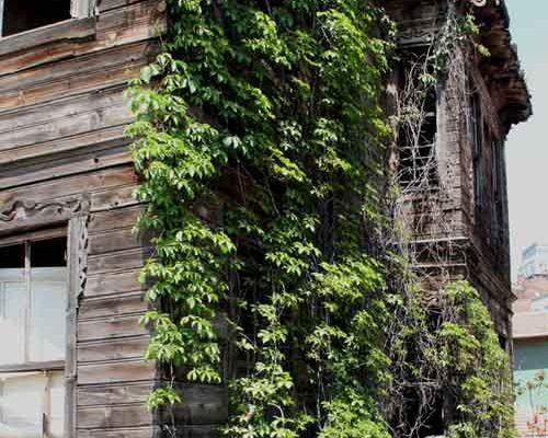 Une belle demeure en bois en moins dans le paysage d'Istanbul