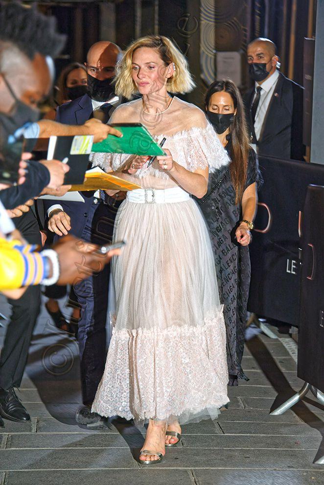 Rebecca Ferguson, toute de blanc vêtue, ravie de retrouver ses admirateurs français.
