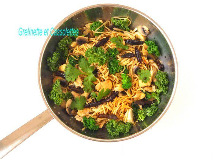 Wok de Nouilles Chinoises au Poulet, au Chou Kale, aux Champignons et Pruneaux