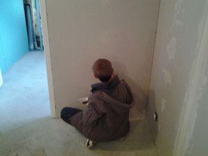 nous avons jointer les plaques de platres murs et plafond. Yonis a cacher les vis et a aimer.Il en redemande. lol