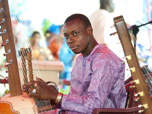 sidiki diabaté, un très grand joueur de kora qui n'est autre que le fils de toumani diabaté