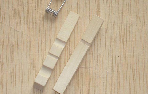 Un porte nom avec une épingle à linge