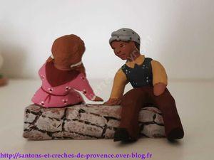 Un couple assis sur un muret, on les entendrait presque parler