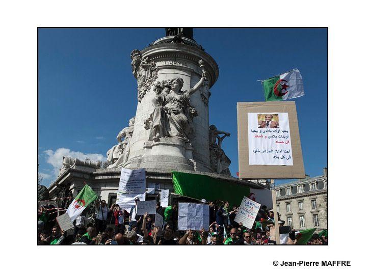 Depuis le 22 février 2019, les Algériens manifestent à Alger, mais aussi dans les autres villes du pays et du monde entier comme par exemple à Paris le dimanche 31 mars 2019. Sur les banderoles et dans les slogans, un message récurrent : C'est le peuple qui doit décider.