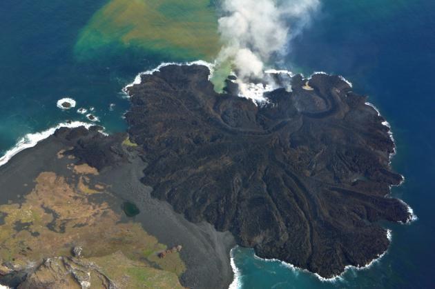 La nouvelle île volcanique japonaise menace le Pacifique d'un tsunami de 300 mètres de haut !