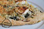 Pizza aux fanes de radis, vert de poireaux, oignon et chèvre