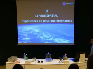 Des expériences permettent de comprendre les notions clé liées à l'espace et de les mettre en application (Août 2016, images personnelles)
