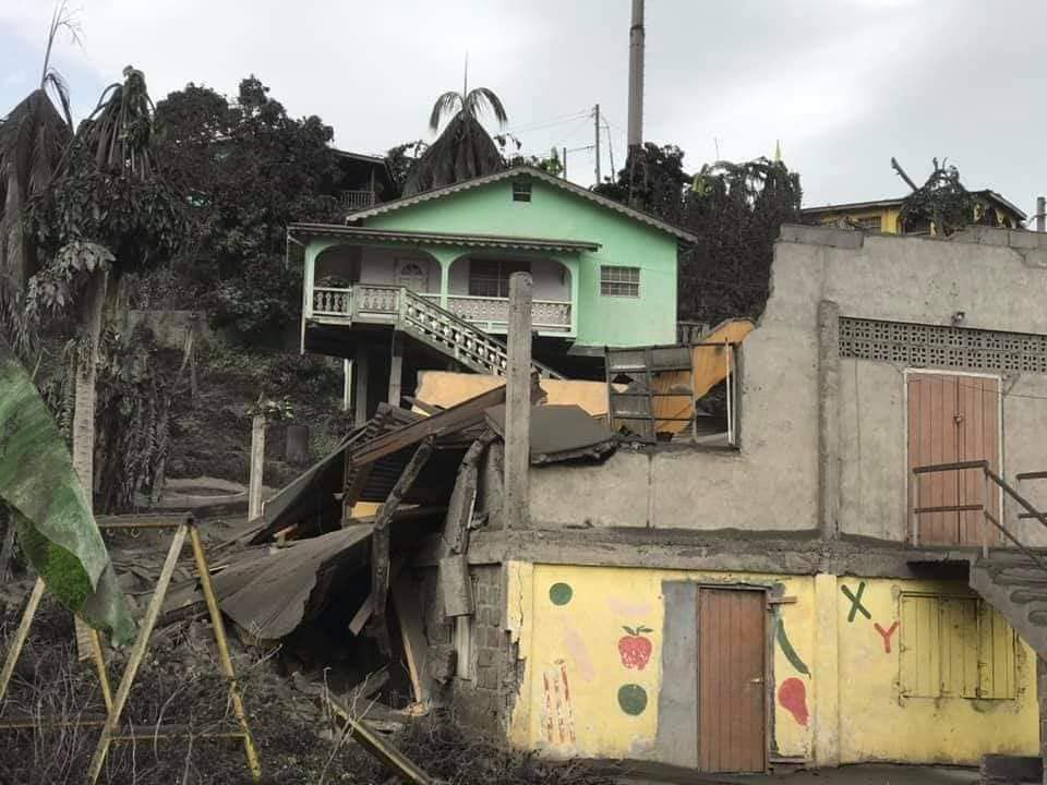 Soufrière de St. Vincent - roofs collapsed under the weight of ash in the north of the island - photo 04.11.2021 / Flash Hurricanes Météo Antilles