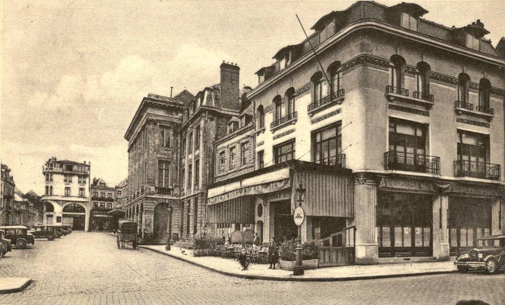 42 rue Ernestale et 13 place du Théâtre, Café de la Paix. Emile Rousseau, architecte, 1926 - Le Café de la Paix était considéré par les Arrageois comme un lieu convivial et un point de rassemblement lors des festivités de la ville - Sources : collection privée, médiathèque municipale, archives départementales.