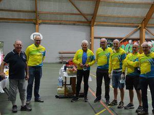 L'équipe d'Yffiniac et les cyclotouristes.