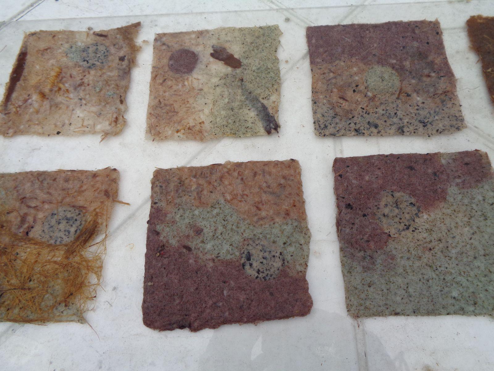 papyrus, tomate, écorce d'eucalyptus, chanvre mixé avec du morta noir, du rouge, du bois de fer, de l'écorce, .... Jouer sur les couleurs , les textures ..............