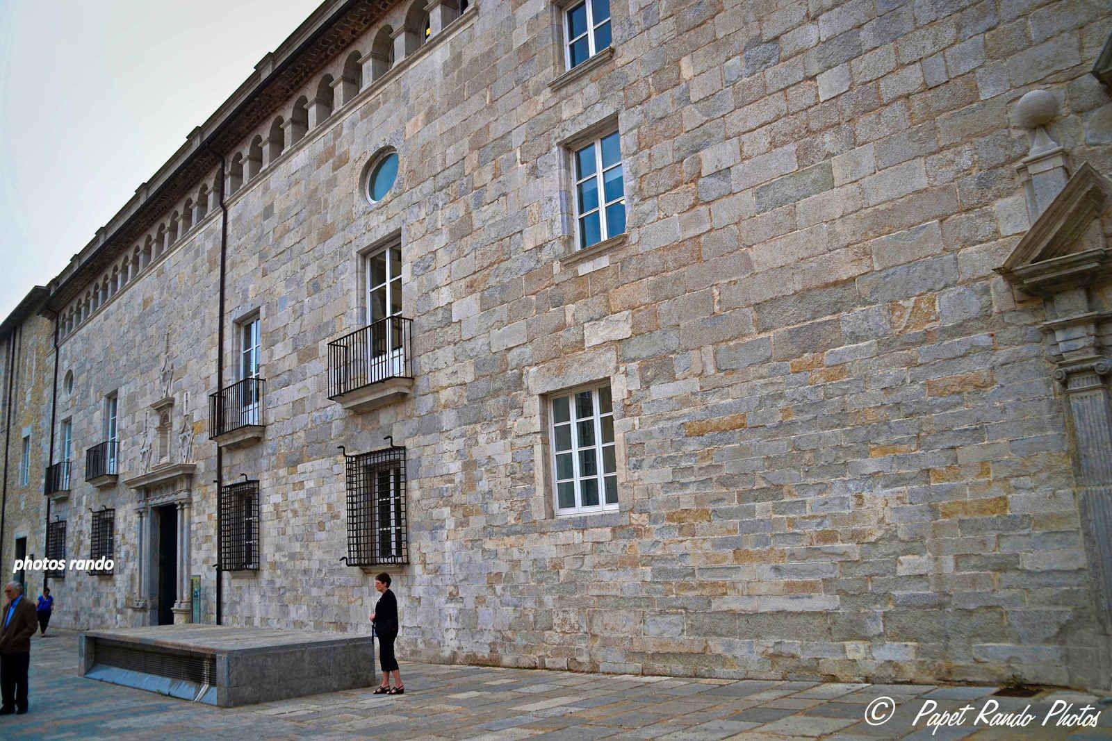Cité historique de Gerone, une des plus intéressante de Catalogne, permet de parcourir plus de deux mille ans d'histoire : Des fondations Romaine,aux murailles XIVe et XVe siècles