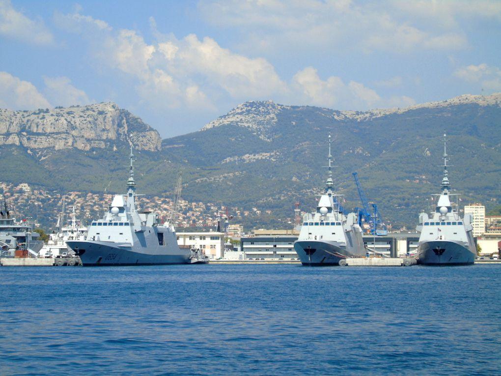 AUVERGNE , LANGUEDOC , PROVENCE ,(de gauche à droite )  , Frégate Européenne Multi - Missions (FREMM) à quai dans la base navale de Toulon le 20 aout 2018