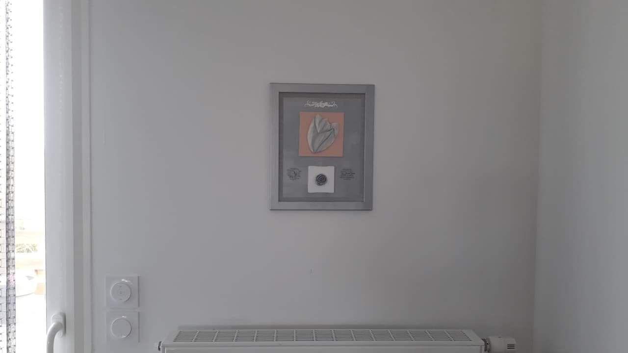 Ce tableau home déco a trouvé sa place chez ma nièce. Joli rendu sur un mur clair.