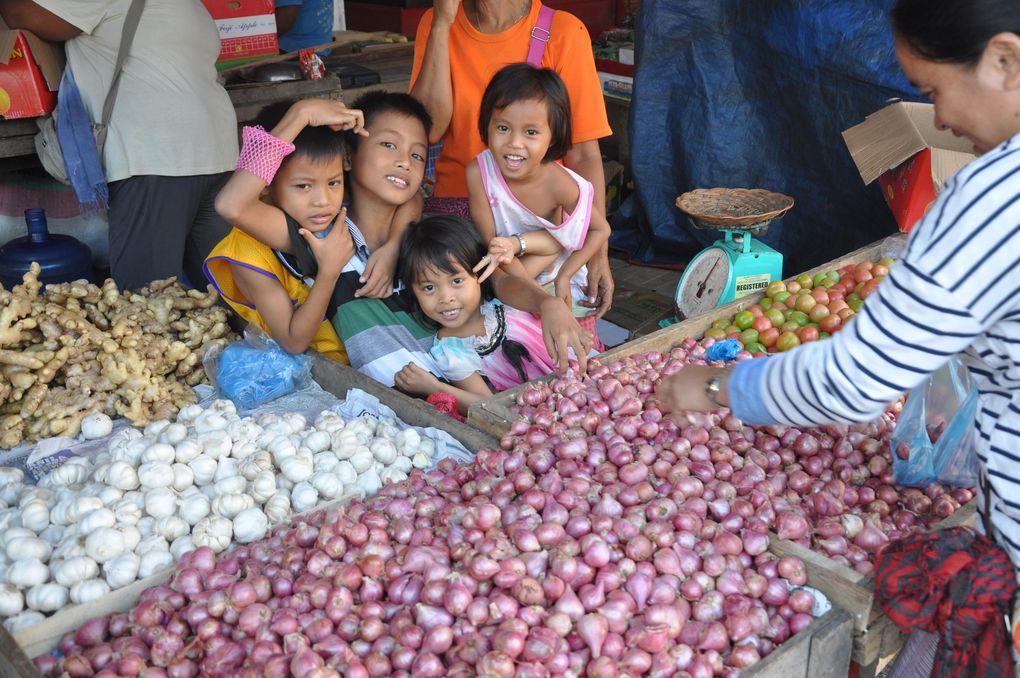 Que font les petits enfants philippins pendant les vacances scolaires ?
