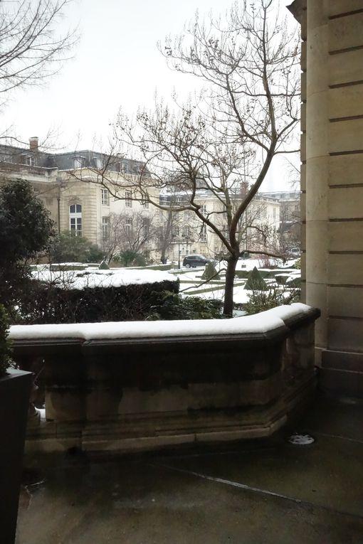 L'Assemblée Nationale et ses jardins ont revêtu leur manteau blanc...