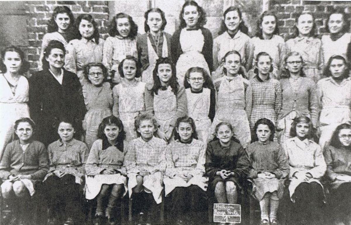 Une classe de l'école des filles de la Rouge Porte,Louise Michel, classe de 1ère en 1947, année du certif, avec Monique Callewaert.