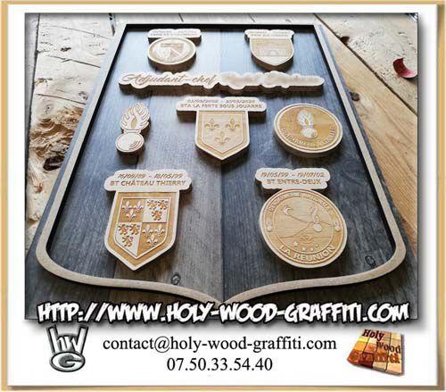 Tous les éléments de bois sont collés en relief sur le fond du tableau