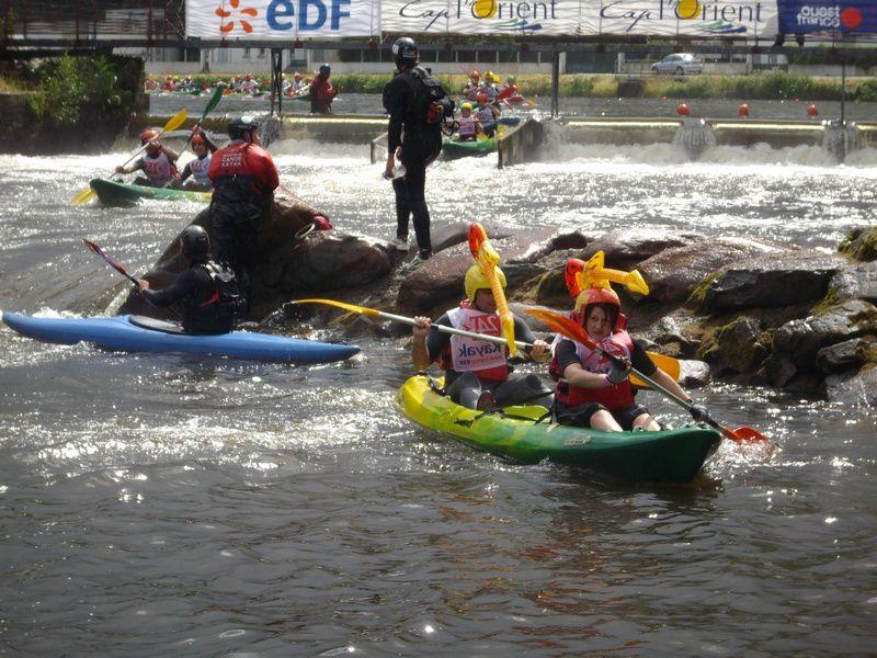 Deuxième journée du week-end de la compétition loisir des 24 heures kayak 2009, se disputant en Bretagne à Inzinzac-Lochrist. Rire, chavirements, échouages et éclaboussures sont au programme !