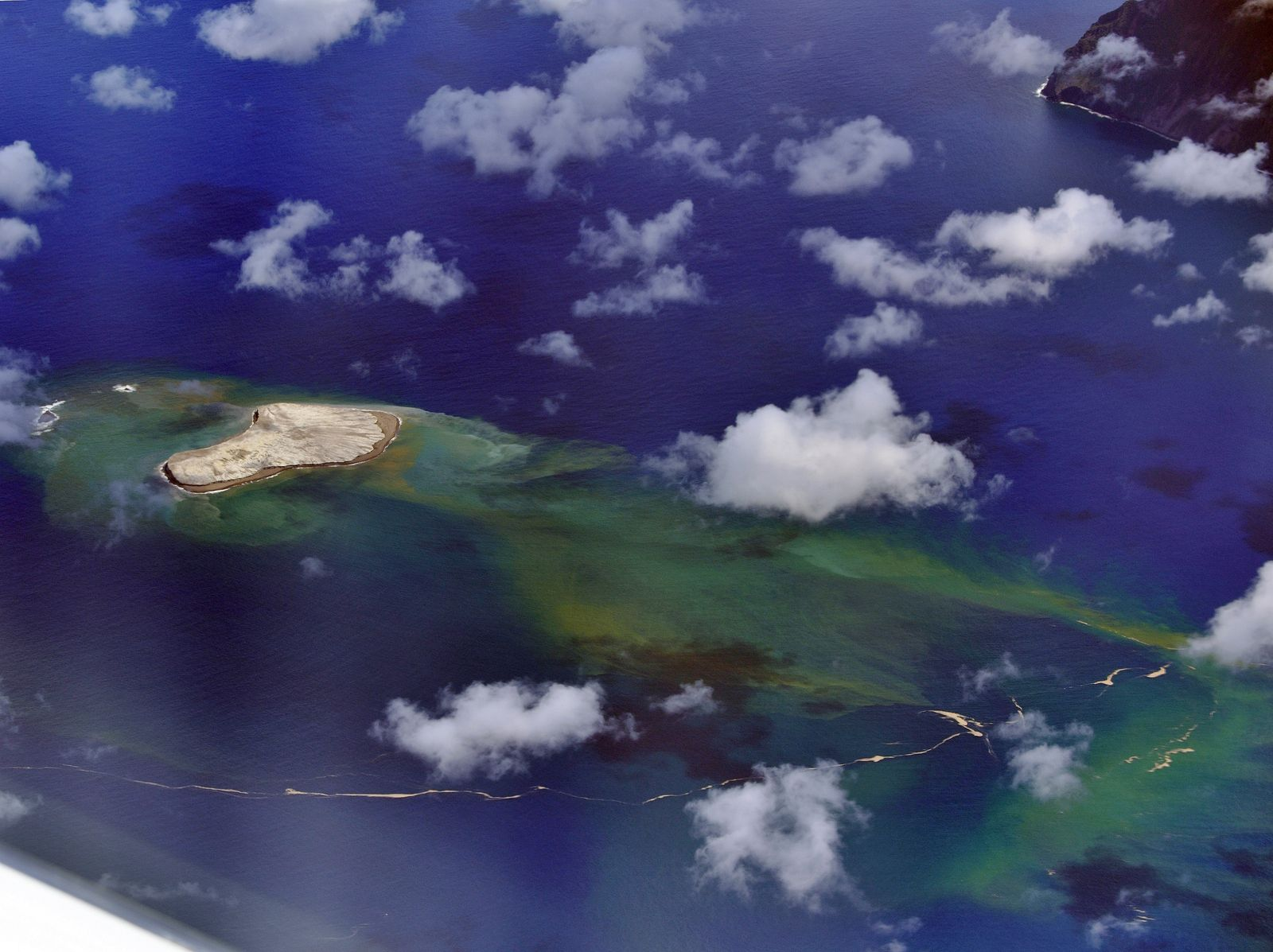 Fukutoku Okanoba - the coloring of the waters testifies to a volcanic activity still ongoing on 08/26/2021 / 12:50 p.m. - photo Japan Coast Guards - one click to enlarge