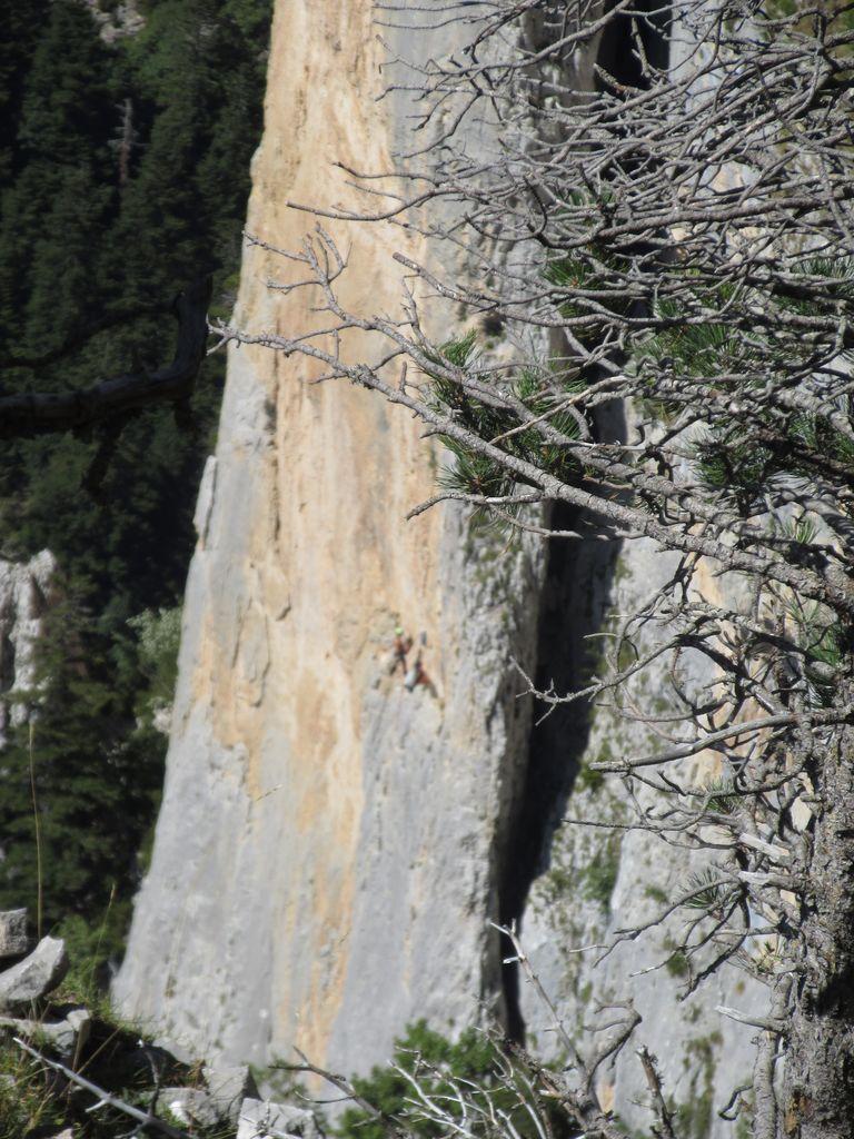 """La lame rocheuse du """"Pestel"""" . des grimpeurs y sont visibles"""