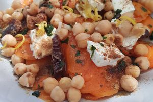 SALADE CAROTTES POIS CHICHES FETA DATTES