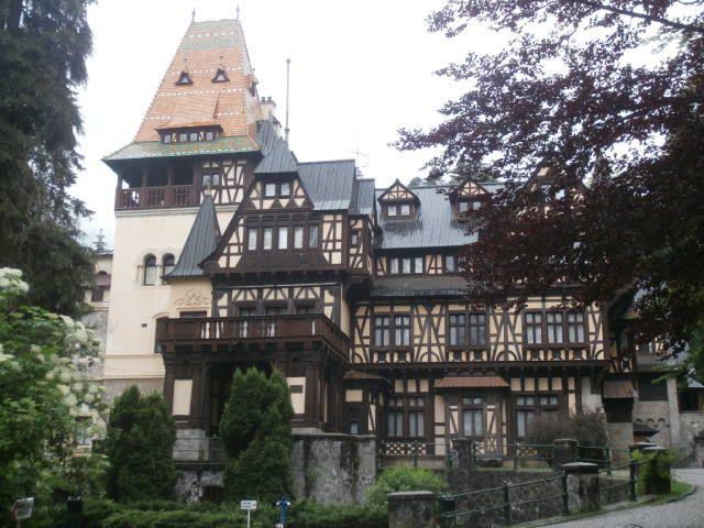 Visite de  Sinaia : le chateau de Peles, la maison du compositeur Enescu, monastère, bougie pour les morts( nortii) et les vivants (vii)