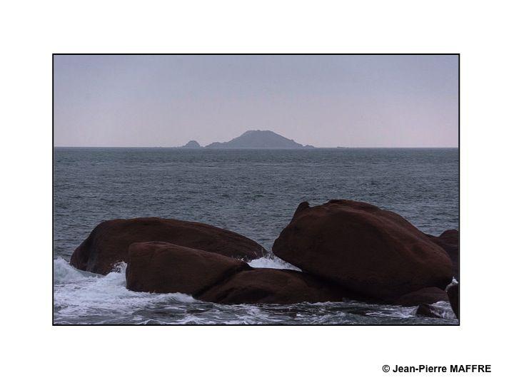 On ne peut qu'être émerveillé par la beauté des levers et couchers de soleil sur les rochers colorés de rouge, de rose et de marron de cette côte bretonne.