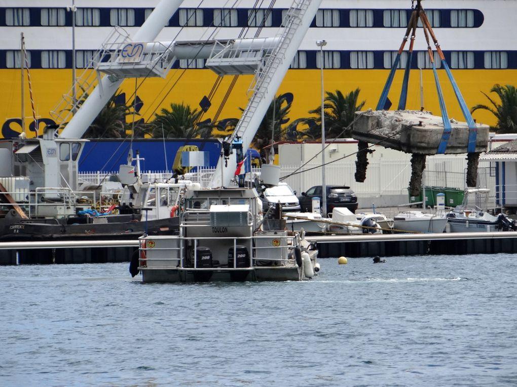 MSE 3 , navire pour travaux maritines et portuaires , dans le port de Toulon le 15 juin 2018