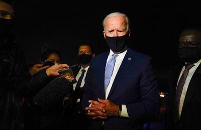 """Les gouverneurs républicains menacent de poursuites judiciaires les nouvelles exigences en matière de vaccins du président Joe Biden. Sa réponse est sans équivoque : """"Allez-y."""" (The Independent)"""
