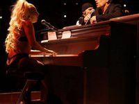 La montée sur scène de Lady Gaga, qui vient s'asseoir au piano pour interpréter Ordinary Love avec le groupe.