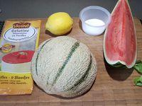 1 - Découper le melon en morceaux après avoir ôté la peau et les pépins. Prélever 12 grosses billes dans la pastèque à l'aide d'une cuillère à pomme parisienne. Mettre les feuilles de gélatine à ramollir dans de l'eau.