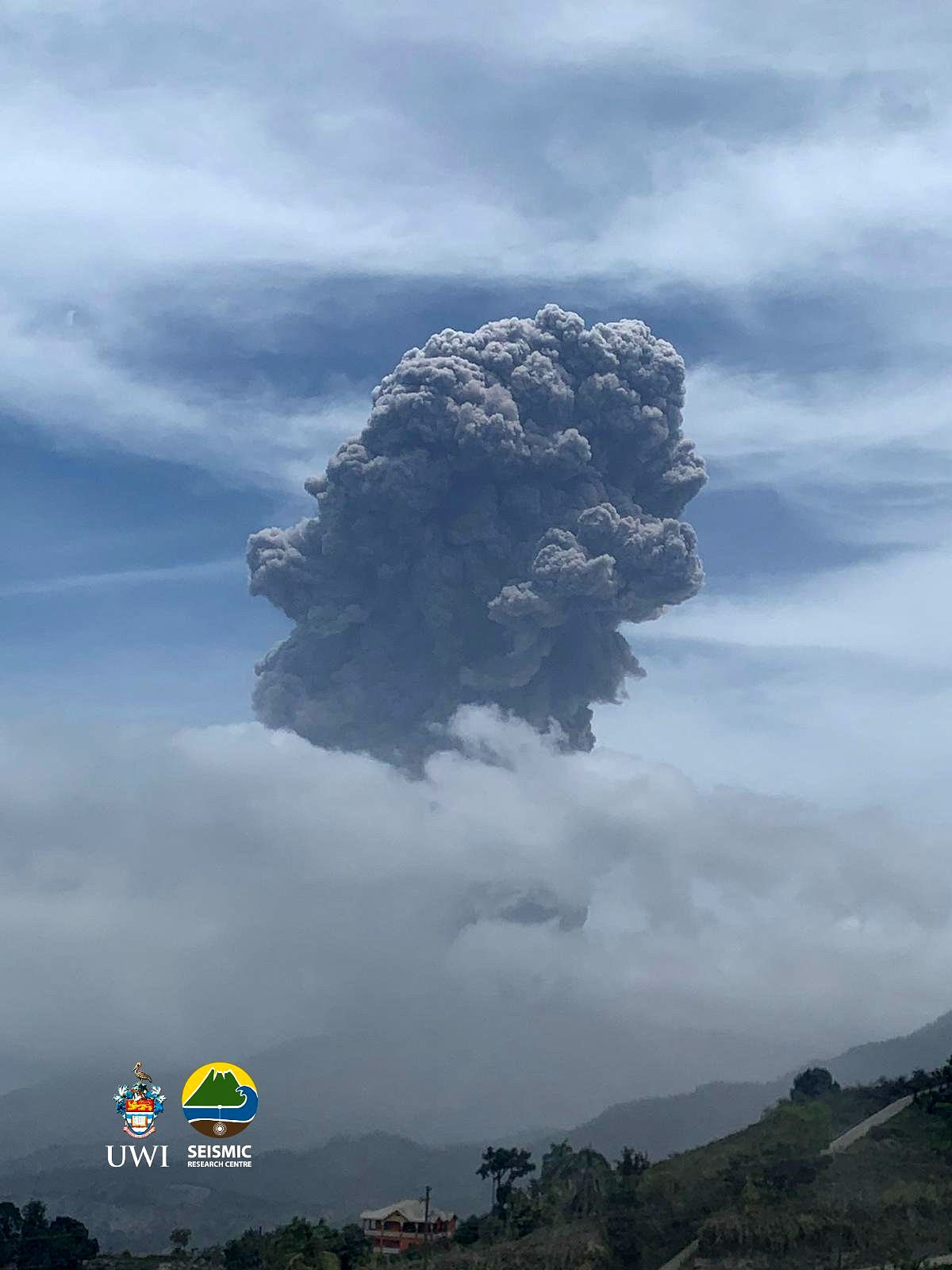 Soufriere - eruptive plume of 04/14/2021 / 11:32 a.m. - UWI photo