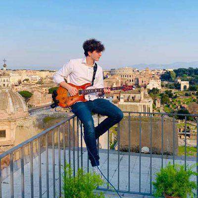 jacopo mastrangelo, ce jeune guitariste italien vit à Rome et propose un solo de guitare par soir de sa terrasse, une action devenue virale sur internet