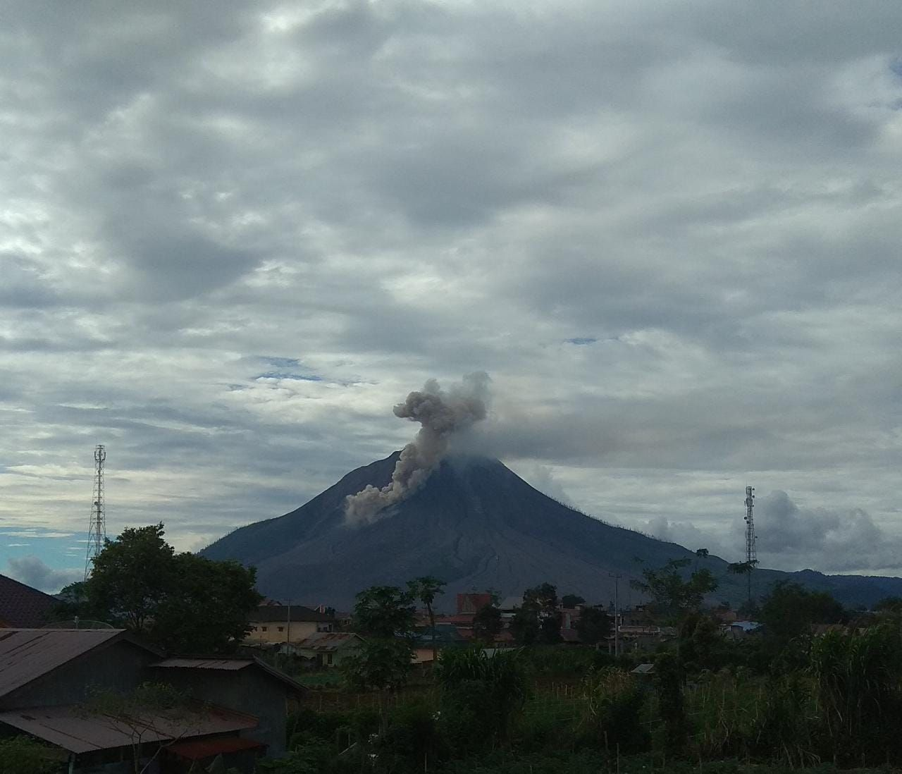 Sinabung -13.12.2020 3:45 p.m. WIB - Pyroclastic flow over 1000 meters - PVMBG webcam