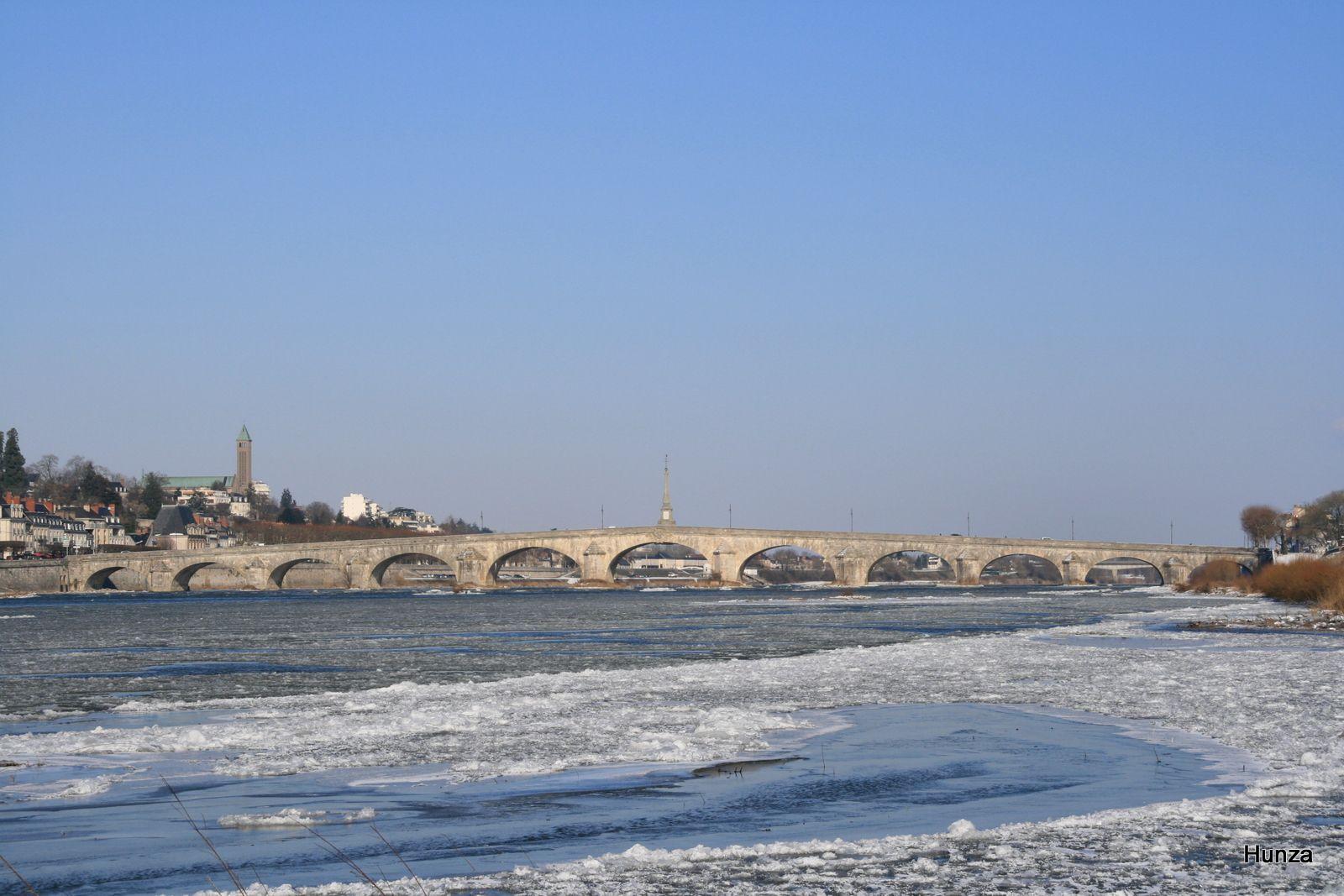 Blois, pont Jacques Gabriel côté aval (février 2012)