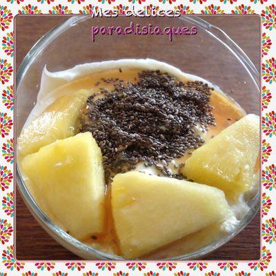 Verrine de fromage blanc, flocons d'avoine, myrtilles, graines de chia, sirop agave et cubes ananas