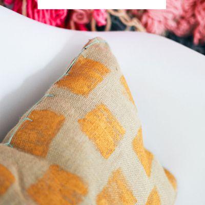 Un sac en toile de jute transformé en coussin